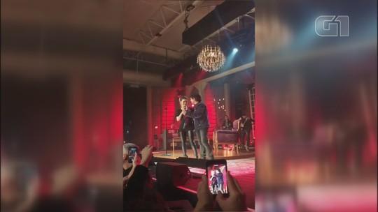 Xororó faz aparição surpresa em show da filha Sandy e canta 'Evidências'