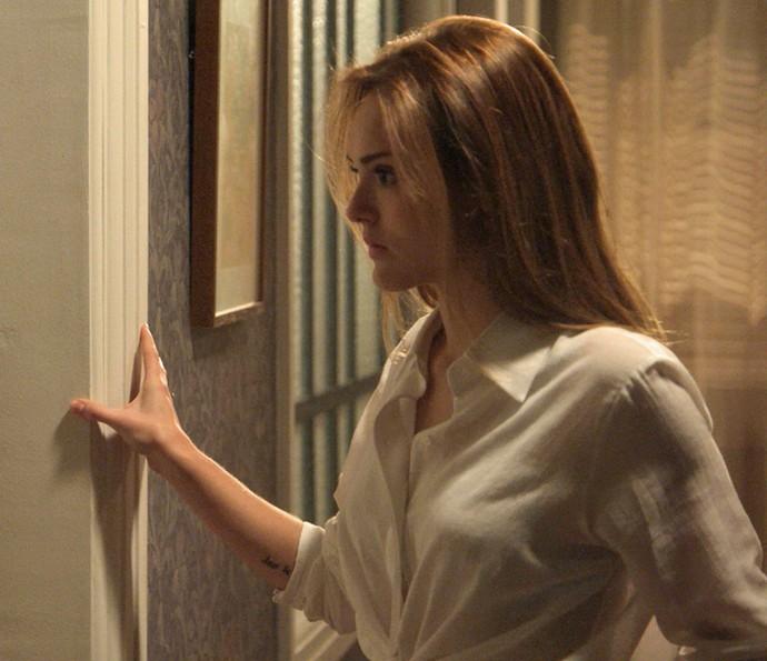 Helô fica paralisada na porta do quarto (Foto: TV Globo)
