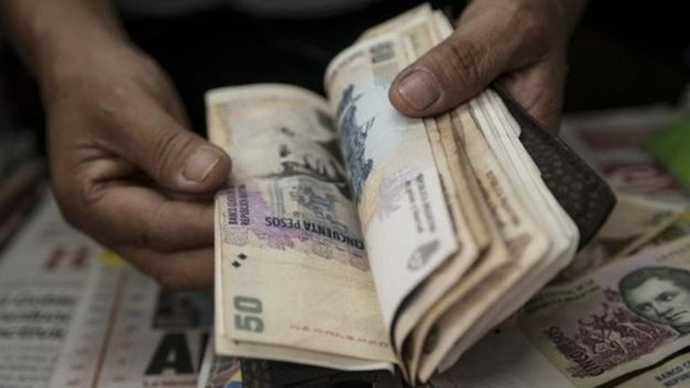 Notas de peso argentino (Foto: AFP)