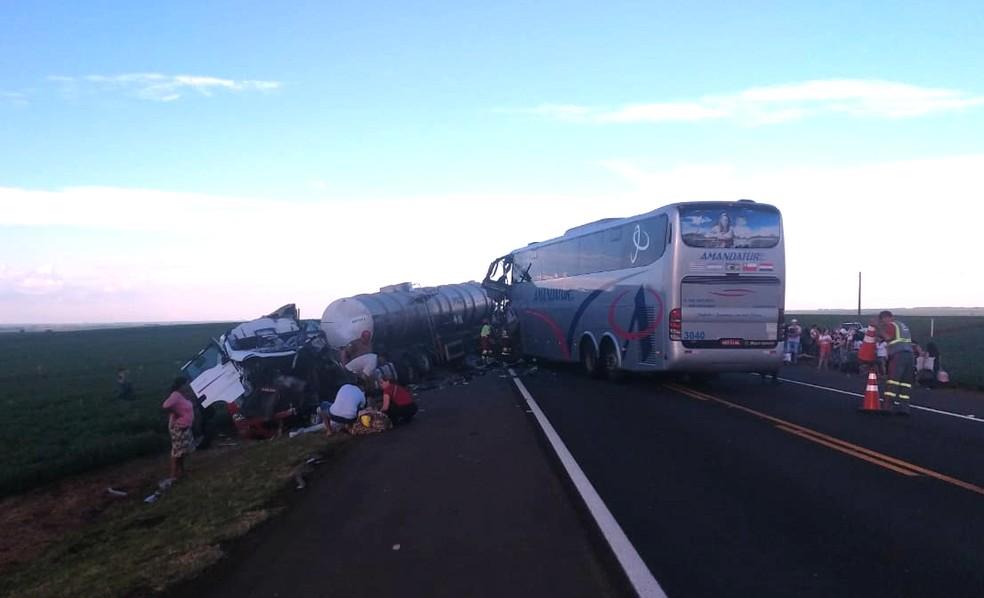Terceiro ônibus envolvido em acidente bateu contra caminhão carregado com soda cáustica na PR-323 — Foto: PRE/Divulgação