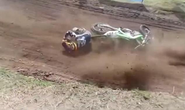 El piloto argentino de motocross Alberto 'We' Zapada cae al suelo (Foto: Crianza)