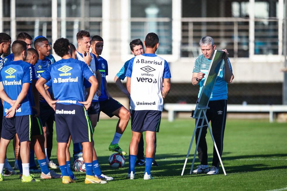 Tiago Nunes comanda treino do Grêmio menos de 24h após vitória contra o Lanús — Foto: Lucas Uebel/DVG/Grêmio