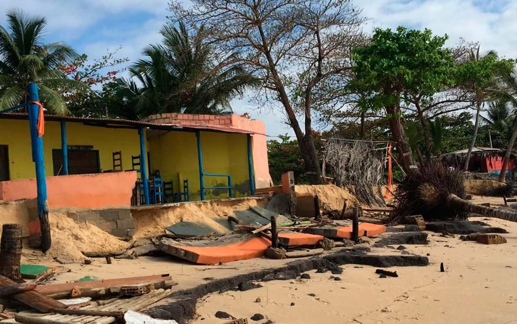 Estrutura de concreto que separava barraca de praia da areia e do mar ficou destruída no sul da Bahia (Foto: Site Prado Notícia)