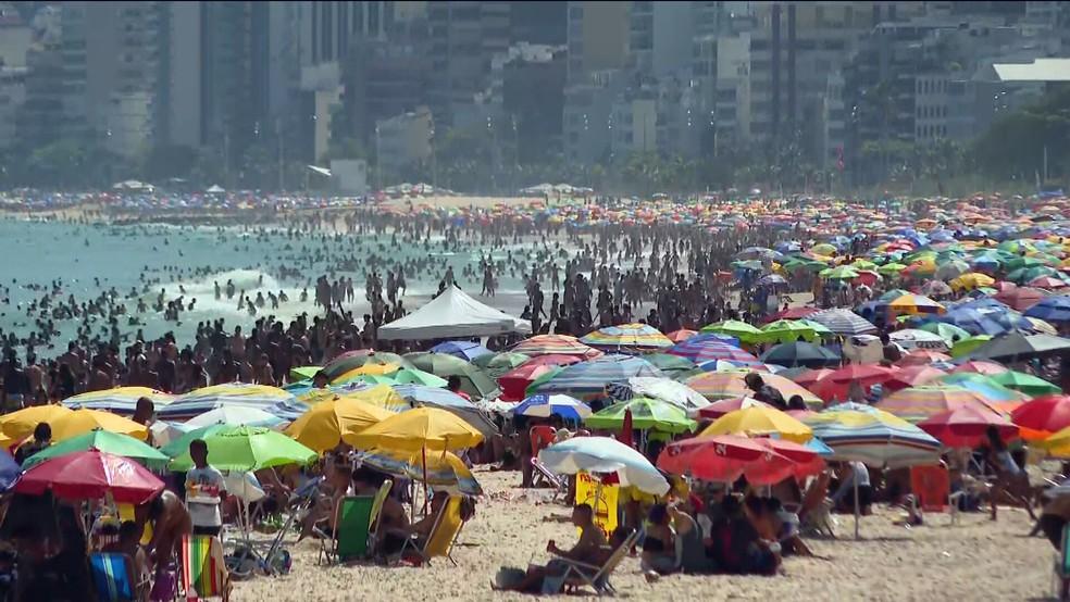 Praia de Ipanema, na Zona Sul do Rio, lotada na tarde deste domingo (27) — Foto: Reprodução/GloboNews