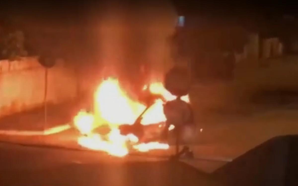 Carro incendiado em avenida assusta moradores em João Pessoa