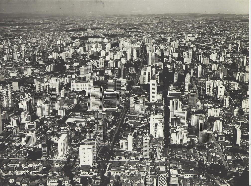 Vista aérea da Avenida Paulista, região central de São Paulo, em fotografia de Werner Haberkorn de década de 1940 — Foto: Helio Nobre e José Rosael / Museu Paulista