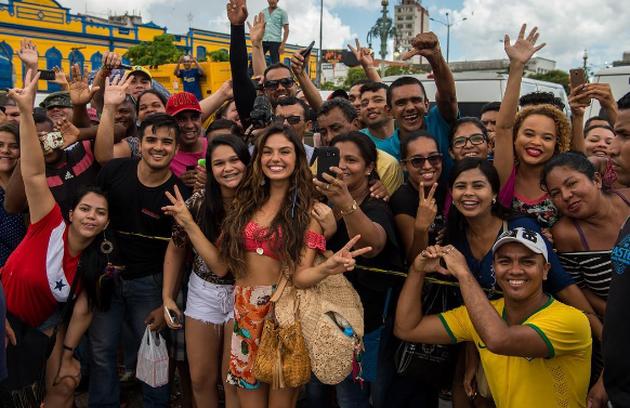 Isis Valverde posa com fãs durante as gravações de 'A força do querer' em Belém. Ela fala sobre as expectativas para a estreia: 'Estou fazendo da melhor forma possível, colocando toda a minha energia, meu empenho e minha paixão' (Foto: Reprodução)