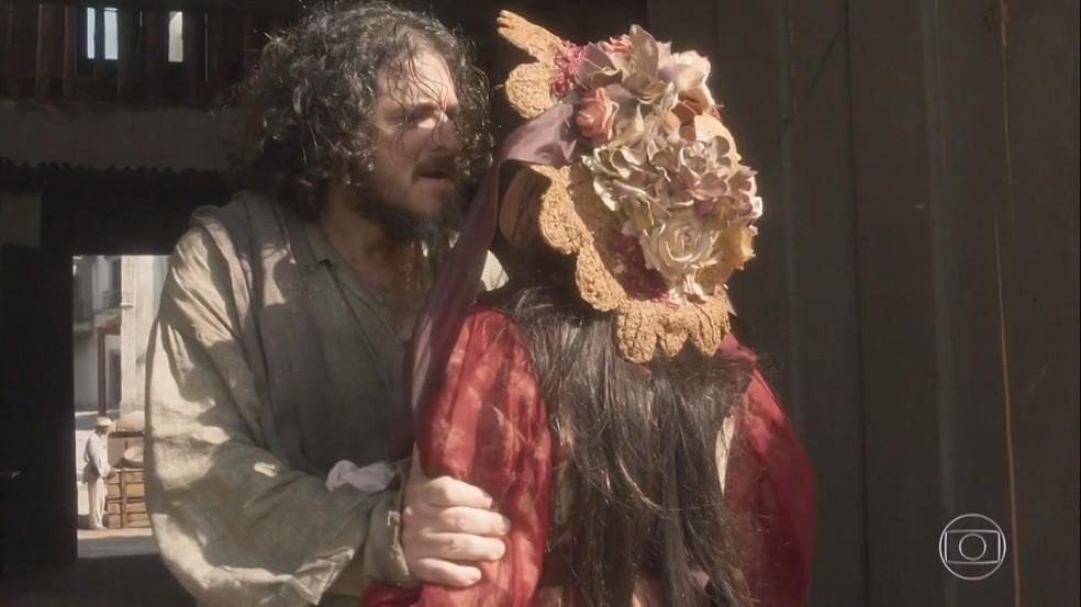 Licurgo (Guilherme Piva) não perdoa a traição de Germana (Vivianne Pasmanter), em 'Novo Mundo' — Foto: TV Globo