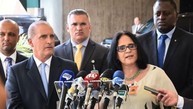 Damares Alves (dir.) fala com jornalistas depois de ser anunciada por Onyx Lorenzoni (esq., à frente) (Foto: RAFAEL CARVALHO / GOVERNO DE TRANSIÇÃO)
