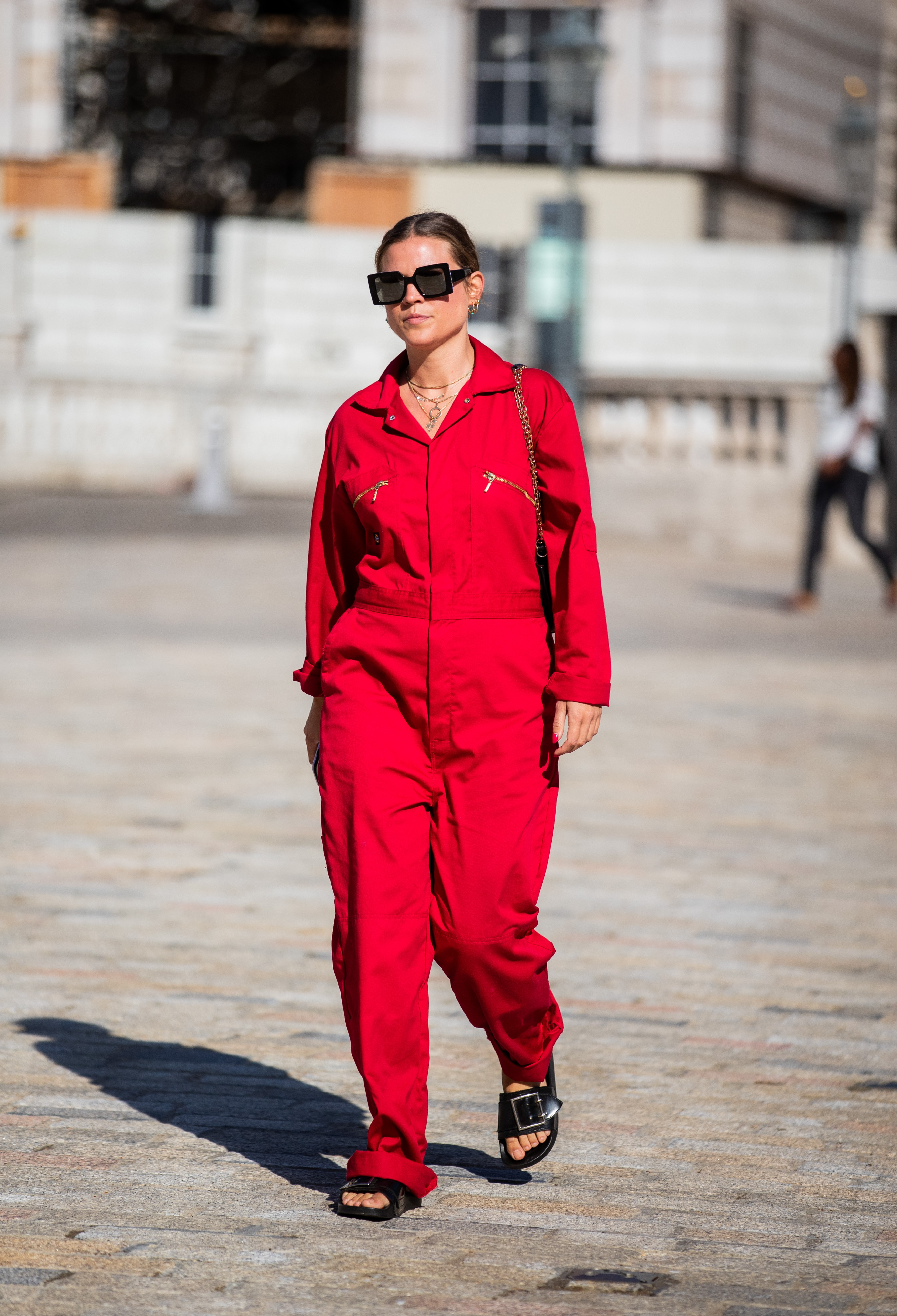 LONDON, ENGLAND - SEPTEMBER 14: A guest is seen wearing red overall outside Fyodor Golan during London Fashion Week September 2019 on September 14, 2019 in London, England. (Photo by Christian Vierig/Getty Images) (Foto: Getty Images)
