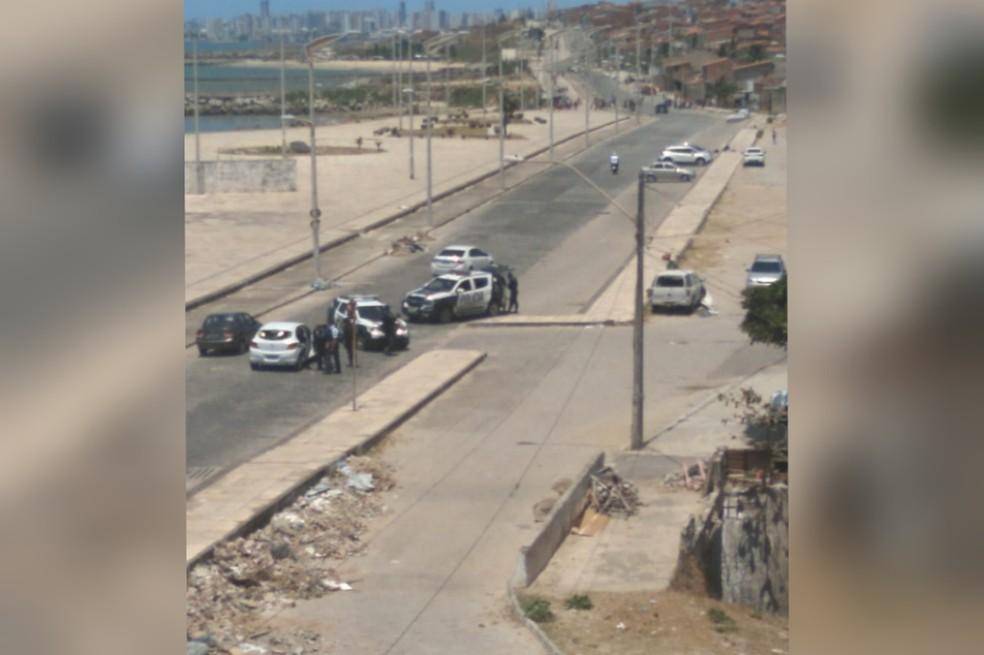 Tiroteio deixa um morto e outro ferido no calçadão da Vila do Mar, em Fortaleza. — Foto: Reprodução