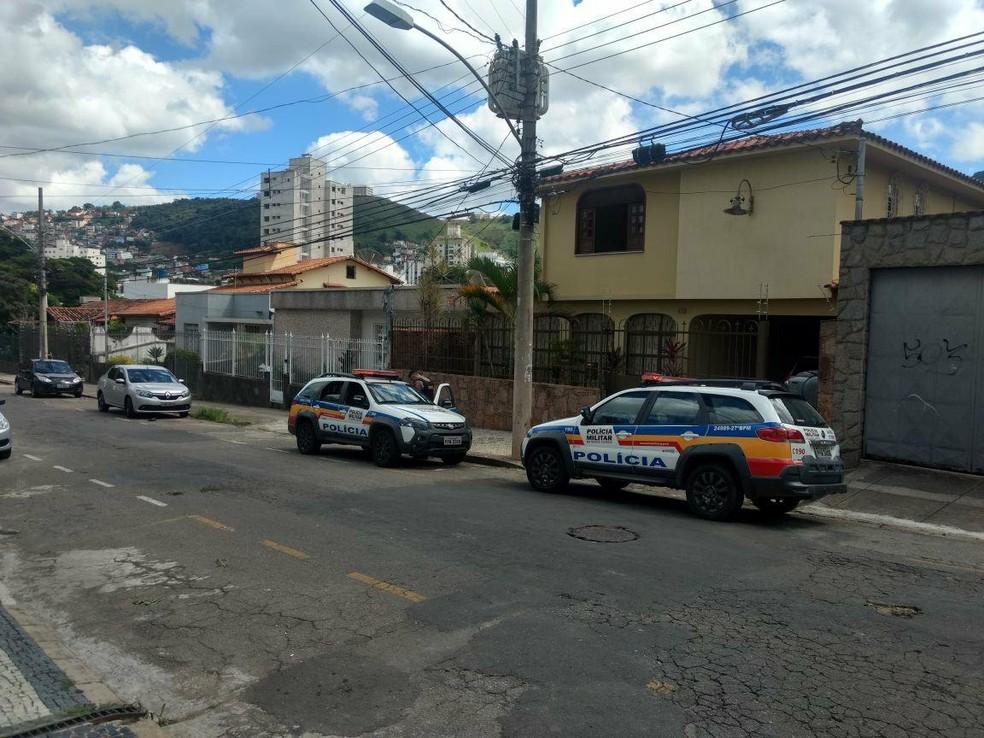 Polícia Militar faz rastreamento após roubo a casa no Bairro São Mateus (Foto: Fernando Gonçalves/G1)