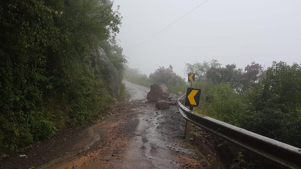 Queda de barreira interrompe trânsito na Serra do Corvo Branco, em SC. — Foto: PMRv/Divulgação