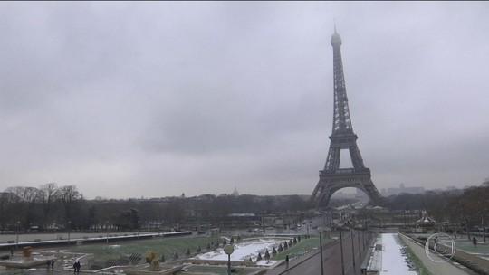 Neve cobre Paris e norte da França e interrompe transportes