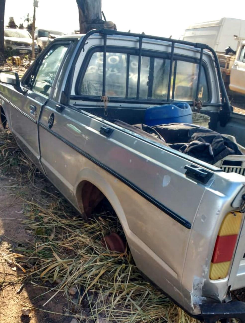 O carro de Paulo Ales de Souza foi achado sem as rodas na zona rural de Assis — Foto: Arquivo pessoal