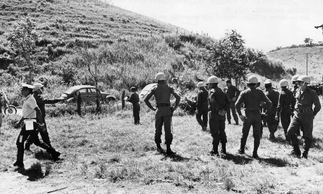 """Policiais fazem a segurança do """"campo de pouso"""" na fazenda que receberia o disco voador"""