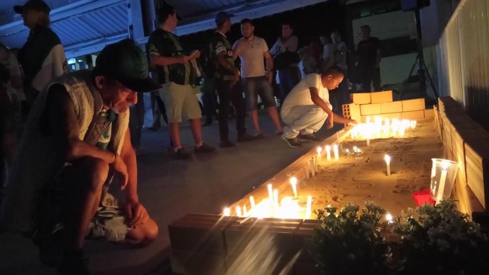 Torcedores da Chapecoense prestam homenagens na Arena Condá, em Chapecó, na noite desta terça-feira (28) às vítimas do acidente aéreo (Foto: Gabriela Machado/NSC TV)