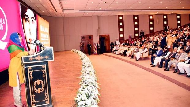 Malala Yousafzai fala para público no Paquistão (Foto: EFE)