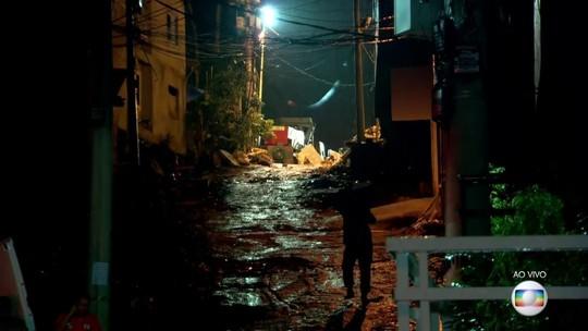 Bombeiros fazem buscas por vítimas na Muzema, no Rio de Janeiro