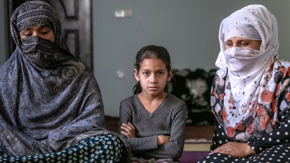 Nargis (à direita) com sua filha Sola (no centro) e cunhada Shakira (à esquerda) — Foto: BBC