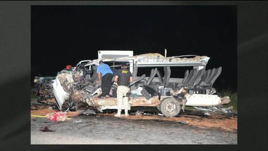 Acidente entre caminhão e micro-ônibus deixa quatro mortos na Bahia