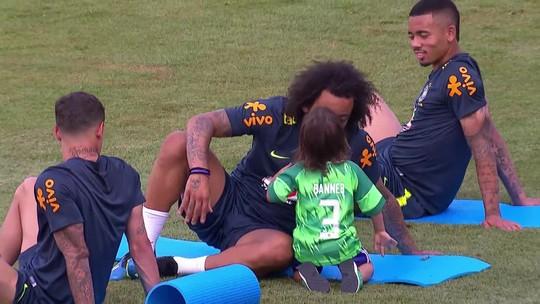 Filho de Marcelo brinca com o pai em treino da Seleção. Assista