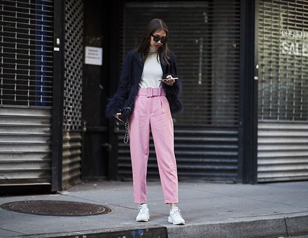 Calças coloridas foram destaque na moda de rua em NY (Foto: Imaxtree)