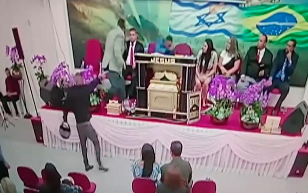Pastor é baleado em igreja — Foto: Reprodução/TV Diário