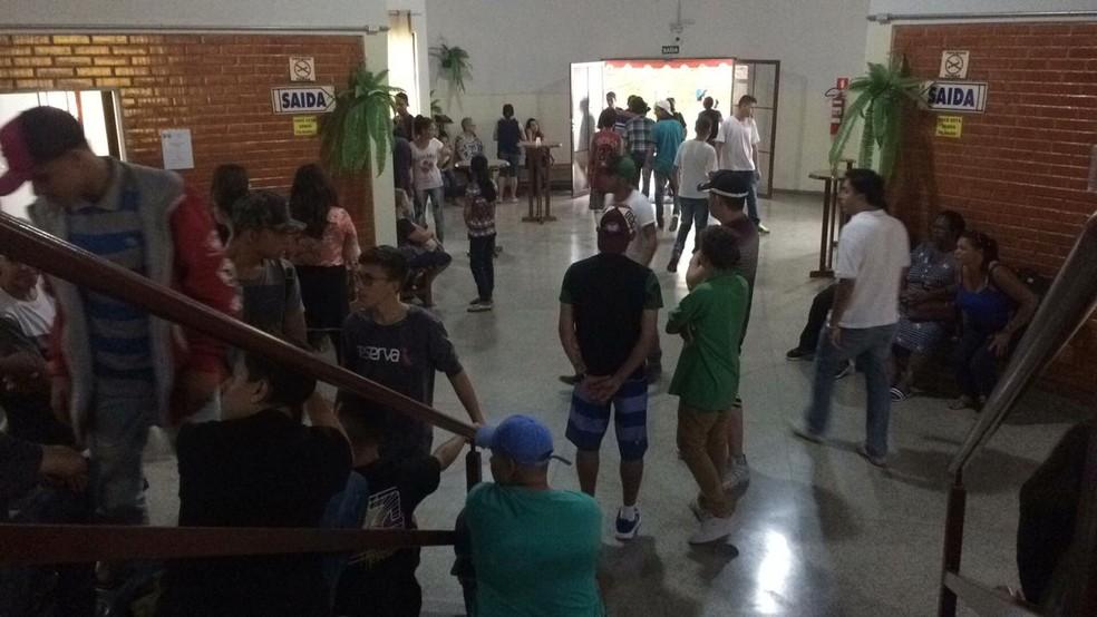 Muitos adolescentes acompanharam o velório da menina morta pelo pai �- Foto: Carlos Dias/G1