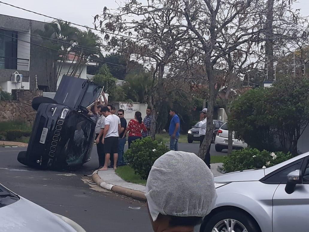Veículo tomba após colisão com carro em cruzamento de avenida em Campinas - Radio Evangelho Gospel