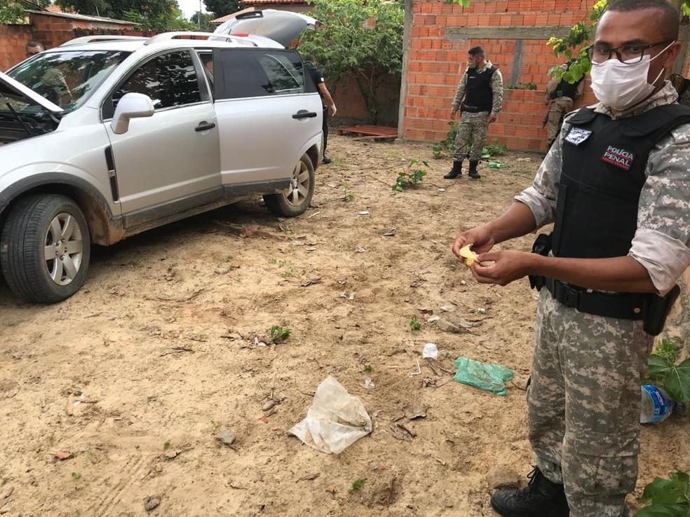 Policiais cumprem mandados de busca durante operação em Januária — Foto: Polícia Civil