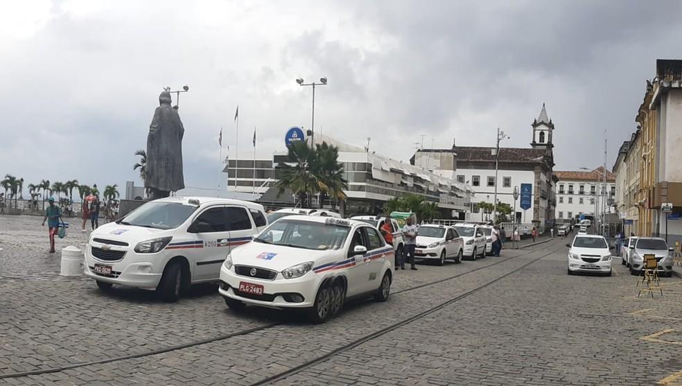 Taxistas se reuniram em frente à Câmara de Vereadores — Foto: Divulgação