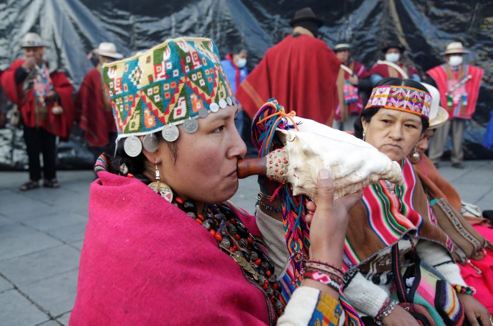 Aimarás fazem oferenda antes da cerimônia de posse do presidente eleito da Bolívia, Luis Arce. — Foto: David Mercado/Reuters