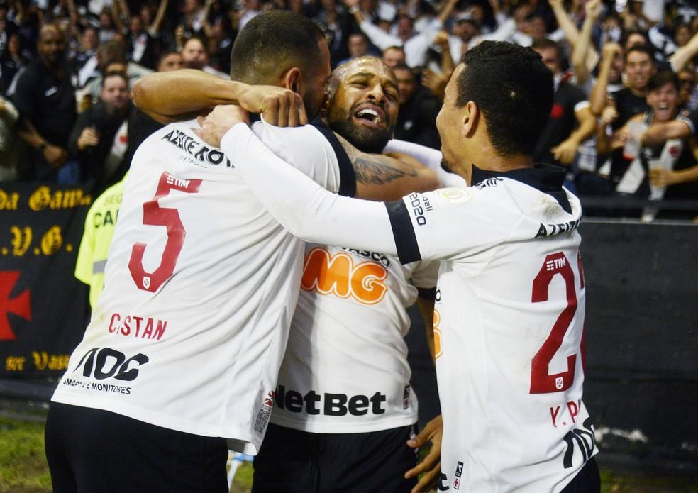 Fellipe Bastos comemora o seu gol na vitória do Vasco sobre o São Paulo — Foto: André Durão
