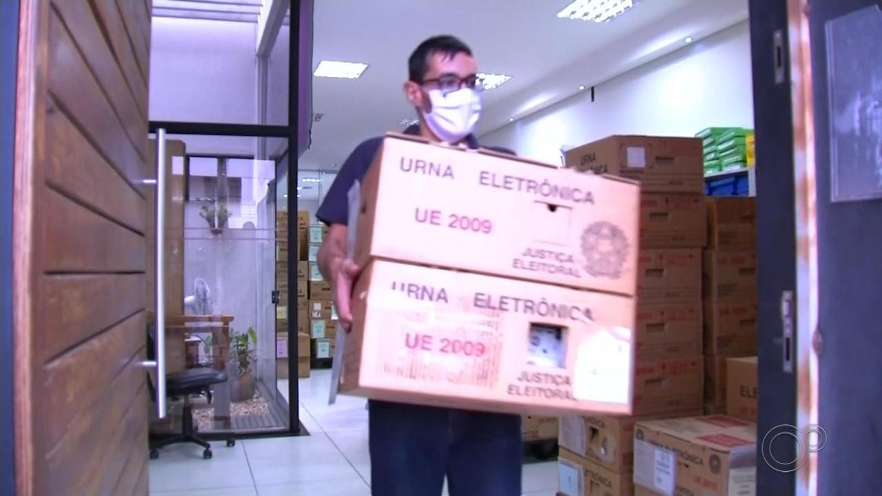Urnas eletrônicas são transportadas para as seções eleitorais em Bauru