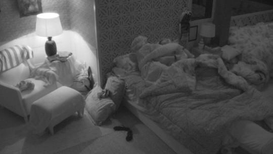 Paula e Jéssica vestem fantasia do Castigo do Monstro e deitam