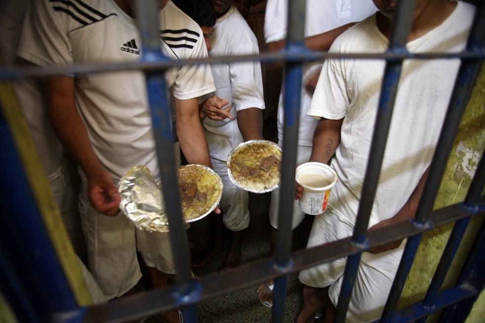 Detentos da Papuda, em Brasília, mostram marmita de comida — Foto: Gláucio Dettmar/CNJ