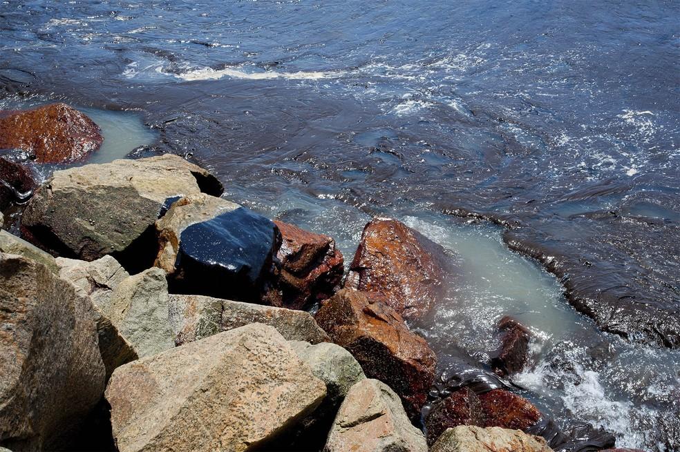 Óleo trazido pela água visto na praia de Coroa do Meio, em Sergipe, pela primeira vez — Foto: Governo do Estado de Sergipe via AP/Arquivo