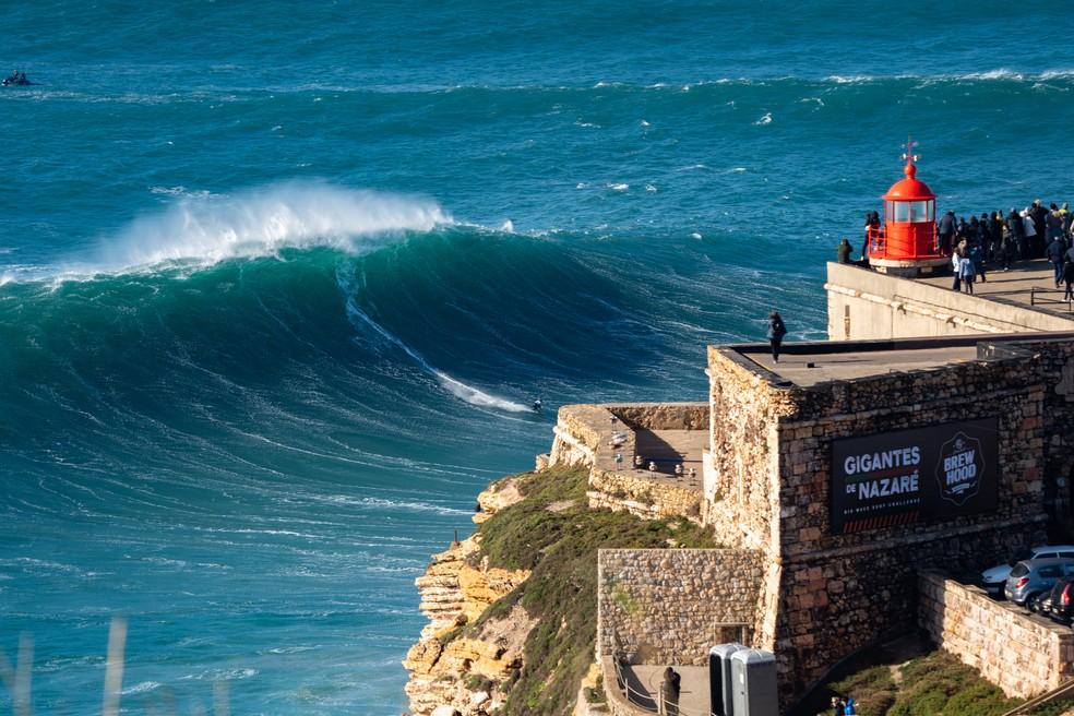 Chumbo pega bomba estimada em 17,6m e vence disputa de maior onda — Foto: Helio Antonio