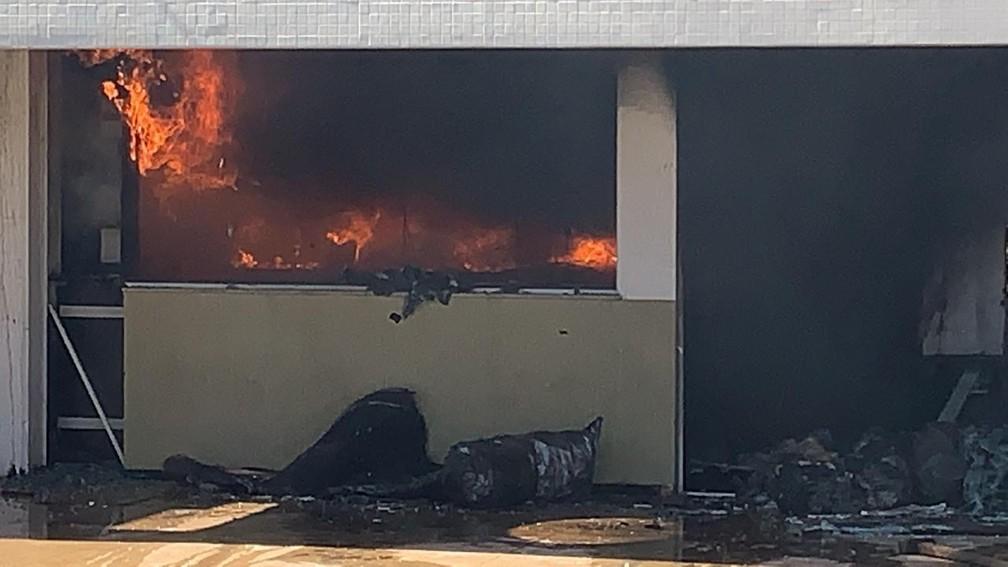 Uma das lojas de shopping pegando fogo — Foto: William Souza/RPC