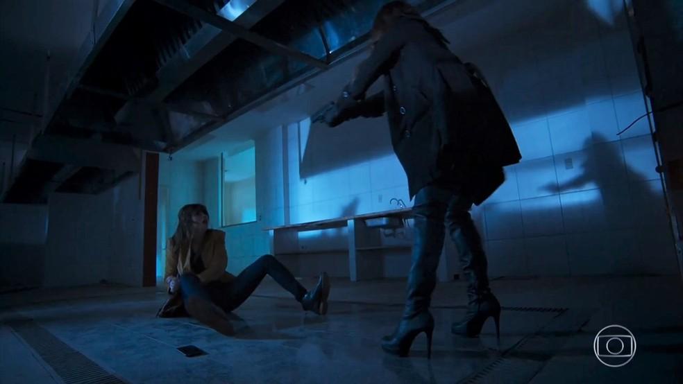Bruna (Fernanda Vasconcellos) aponta a arma e ameaça matar Camila (Agatha Moreira) - 'Haja Coração' — Foto: Globo