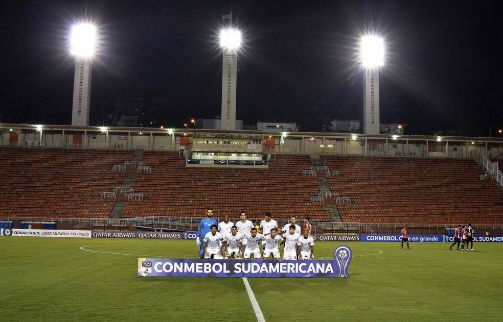 Time posado do Santos diante de arquibancada vazia no Pacaembu — Foto: Marcos Ribolli