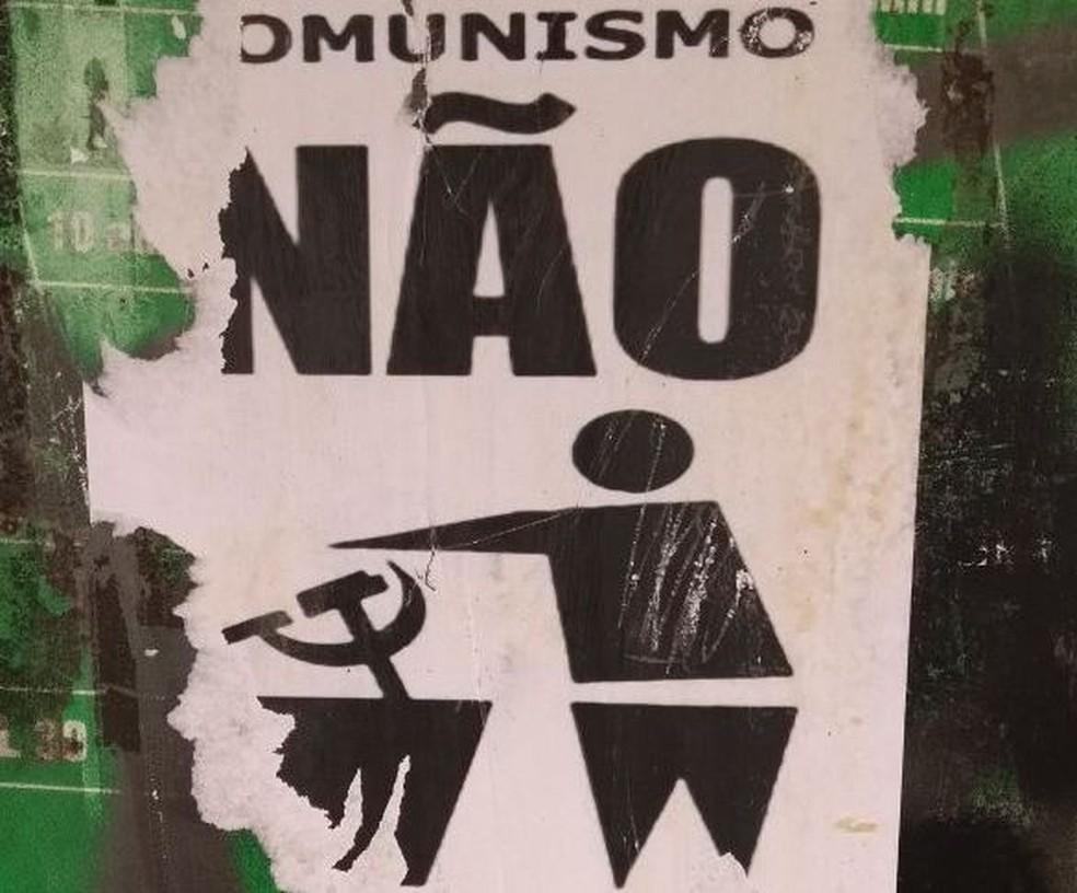 Polícia acredita que cartazes foram colocados no domingo em Blumenau (Foto: Jean Mazzonetto/NSC TV)