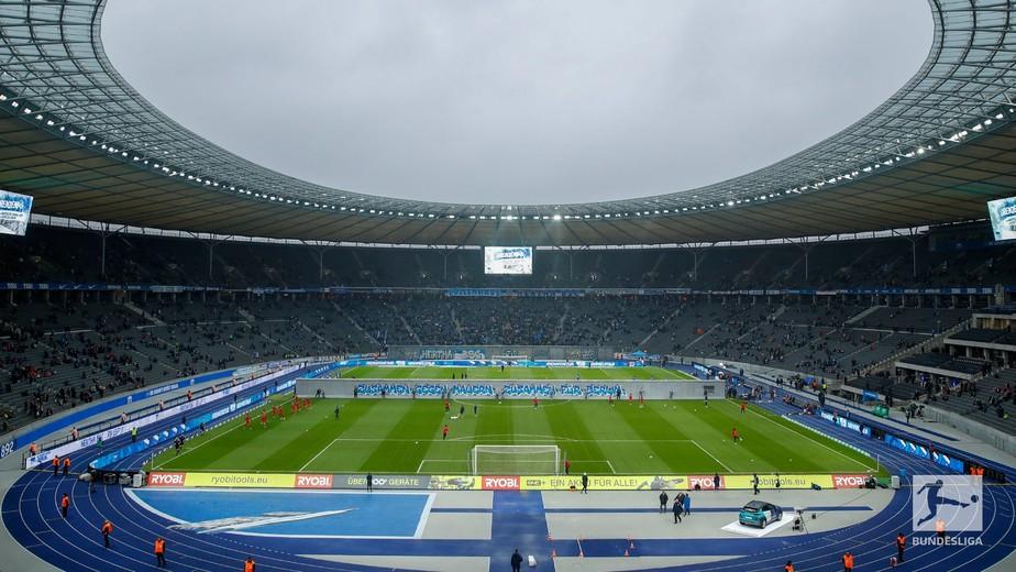 Queda do Muro de Berlim é encenada antes de Hertha x Leipzig pelo Campeonato Alemão