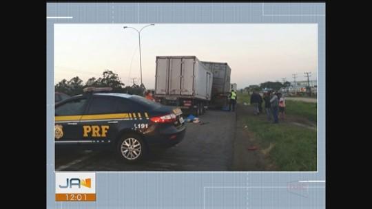 Homem morre em colisão traseira entre caminhões na BR-101 em Imbituba