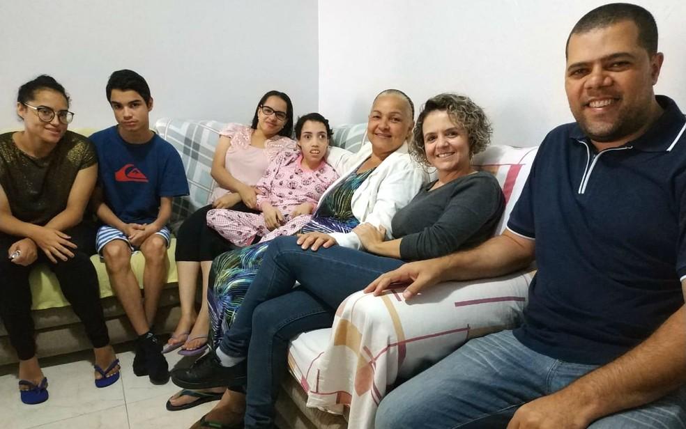 Linda Mar Miranda, os quadrigêmeos e os fotógrafos Andrea Vilasboas e Daniel Santiago — Foto: Luiza Garonce/G1