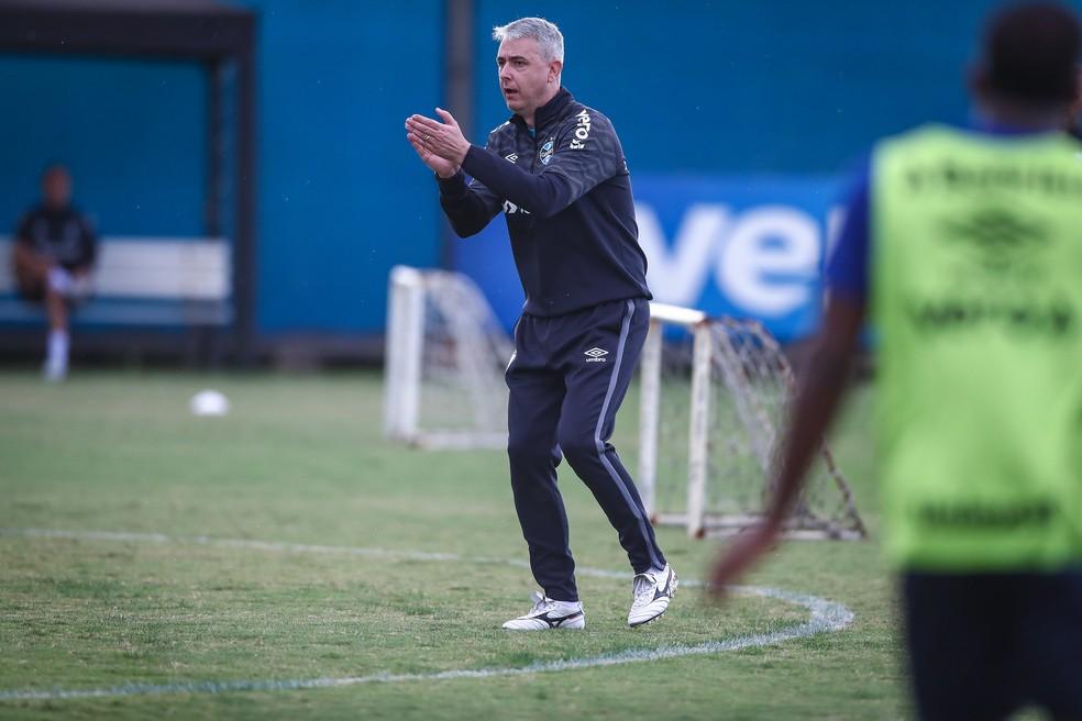 Tiago Nunes comandou treino tático nesta segunda-feira — Foto: Lucas Uebel / Grêmio FBPA
