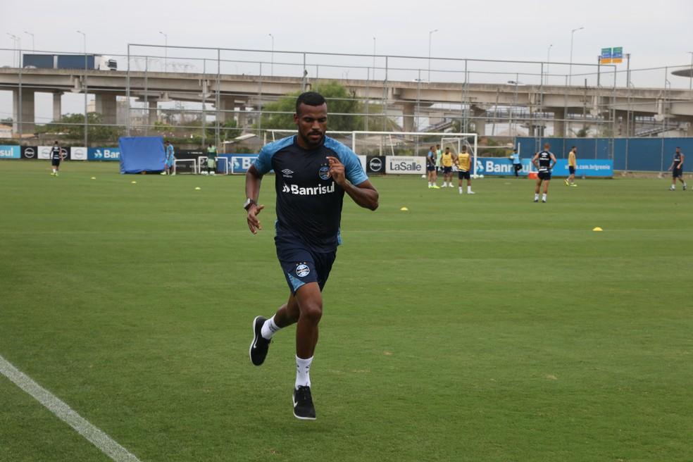 No treino da última terça, Leonardo apenas correu no CT do Grêmio — Foto: Eduardo Moura