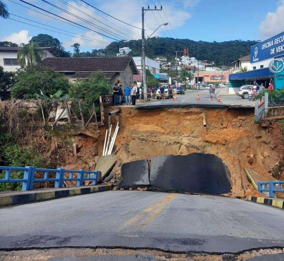 Ponte caiu em Brusque, na manhã desta quarta, no Vale do Itajaí — Foto: Prefeitura de Brusque/Divulgação