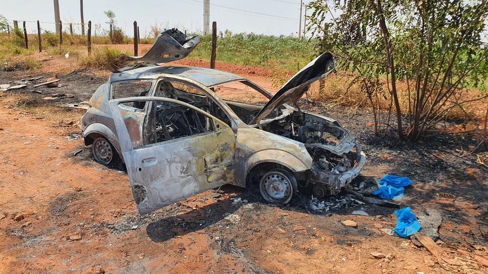 Os policiais localizaram o corpo queimado no porta-malas de veículo em chamas.  — Foto: Nota Tv /Divulgação